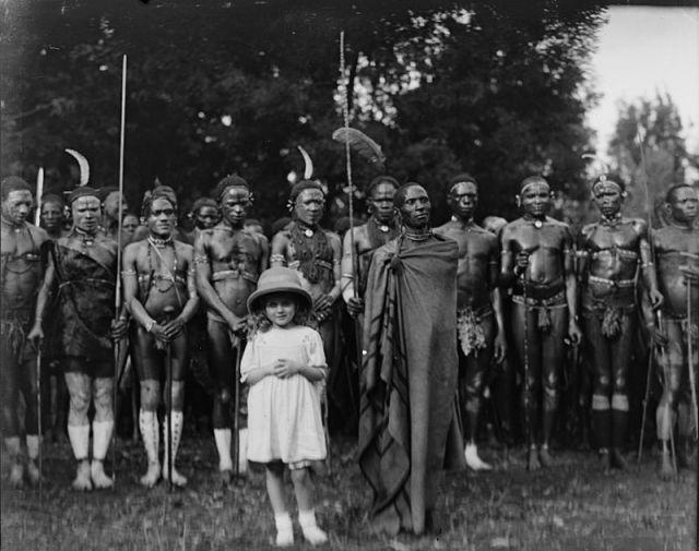 Alice_Sheldon_aka_James_Tiptree,_Jr._with_Kikuyu_people